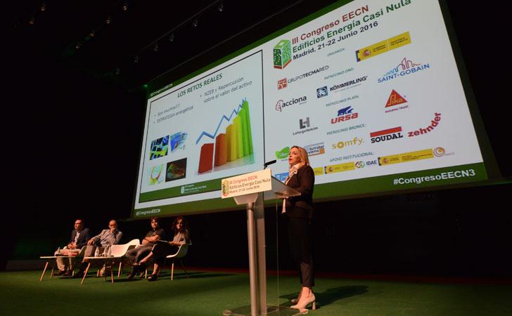 Lola Ripollés, de Deerns Spain en su ponencia en el III Congreso Edificios Energía Casi Nula.