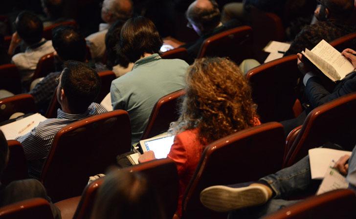 Congresistas siguiendo el Congreso a través de sus tabletas y smartphones.