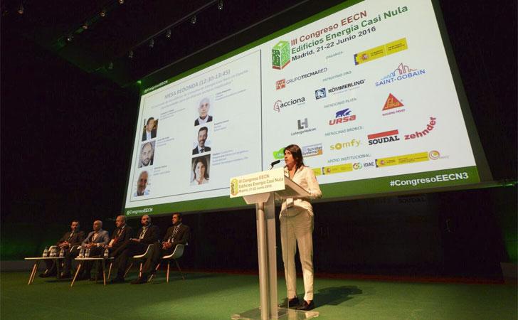 Coralía Pino modera la tercera mesa redonda que aborda las oportunidades de los EECN.