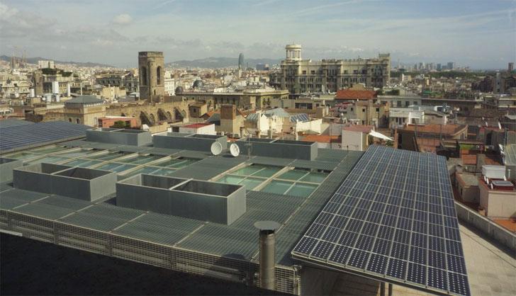 El Ayuntamiento de Barcelona apuesta por un modelo energético que incluye renovables en los edificios.
