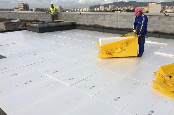 Ursa encargada de aislar la cubierta de Ikea en Mallorca.
