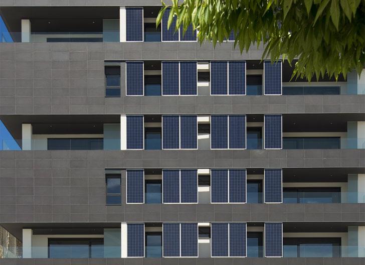 Edificio residencial en Pamplona con paneles fotovoltaicos en fachada.