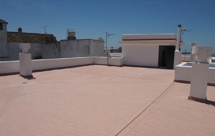 Rehabilitación de la cubierta de un edificio de viviendas en el casco histórico de Medina Sidonia.