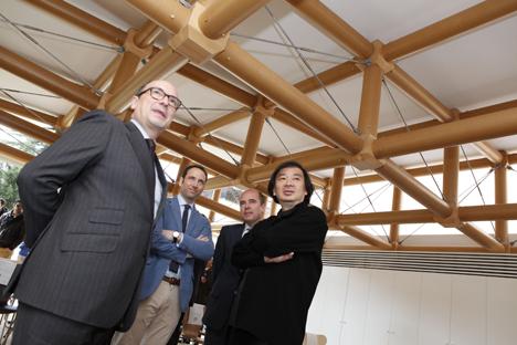 El arquitecto japonés Shigeru Ban ha inaugurado su nueva obra en España, un pabellón multiusos ubicado en el campus de IE en Madrid