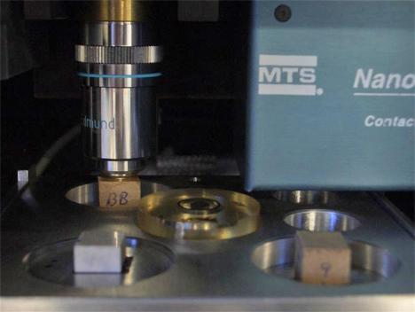 Ensayo con nanoindentador que mide la dureza del recubrimiento de los materiales a escala nanométrica