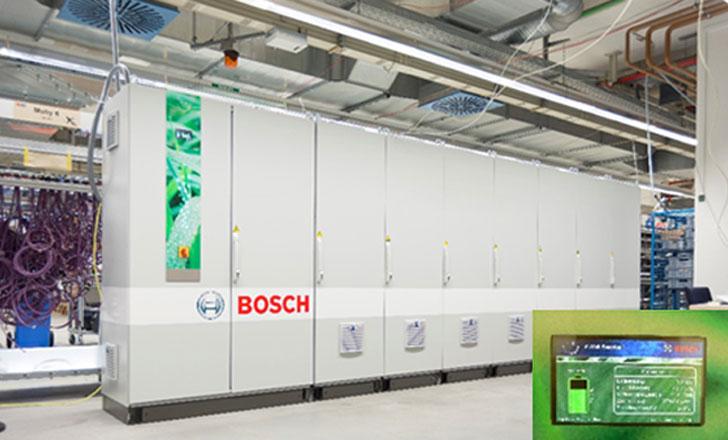 (izq.) Sistema de almacenamiento de una capacidad de 135 kWh fabricado desarrollado en nuestra delegación de Stuttgart. (dcha.) Display informativo del estado de la batería