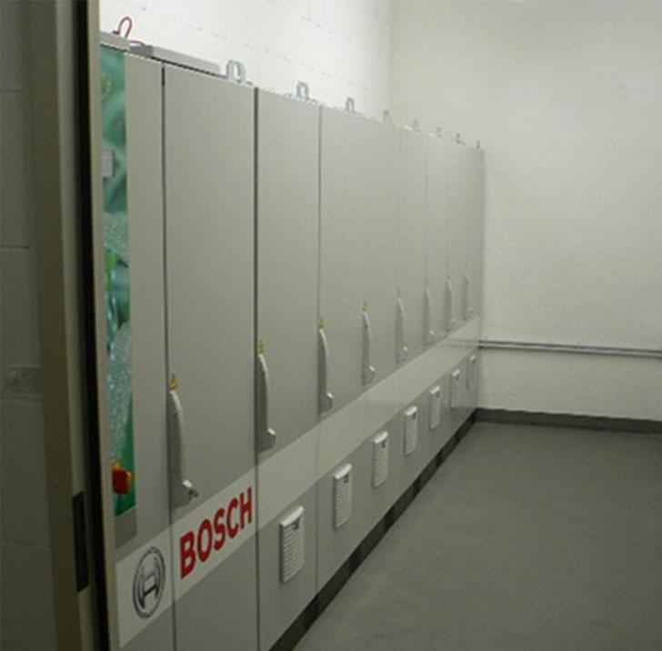 foto del sistema de almacenamiento de energía de bosch en la sala de máquinas