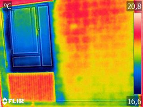 Imagen termográfica de la habitación de una vivienda analizada antes de la rehabilitación