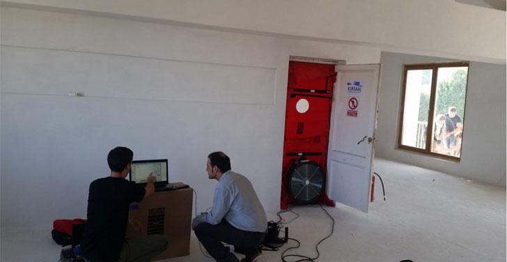 Realización del test Blower Door durante la ejecución de la obra para control de infiltraciones.