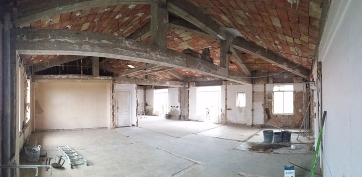Espacio diáfano tras la retirada de la compartimentación y el falso techo existente
