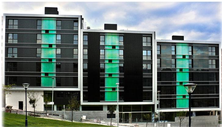 Conjunto de 32 Viviendas Sociales EECN en Portugalete (Bizkaia) y los tres sistemas de fachada sur: Panel sándwich aislante (izq), fachada SolarWall (centro) y fachada con Muro Trombe (dcha.)