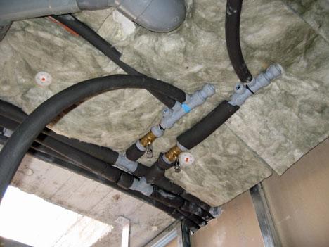 Detalle de la tubería de PB Saunier Duval y del aislamiento