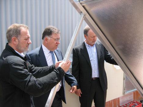Frederic Sanz muestra la instalación solar a dos invitados.