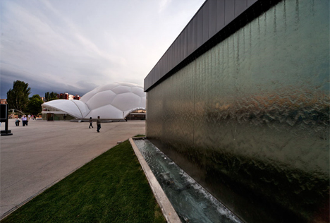Una de las fuentes de la Plaza del Milenio