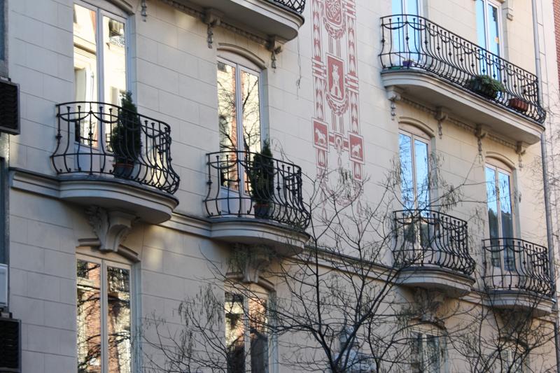 Una fachada con balcones con sus respectivos ventanales.