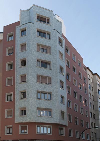 Fachada del edificio rehabilitado en Gijón.