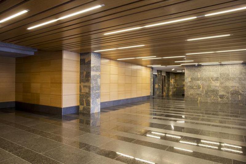 El edificio está cubierto por un sistema de extinción de incendios por aspersión de agua soportado con bomba UL/FM.