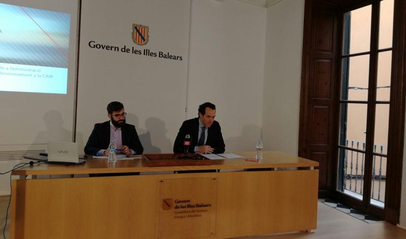 El conseller Marc Pons y el director general de Energía, Joan Groizard, durante la presentación del contrato de suministro energético del Cabildo de Islas Baleares.