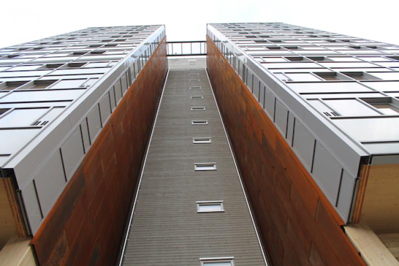 El edificio cuenta con balcones acristalados para proteger la estructura de madera de los vientos.