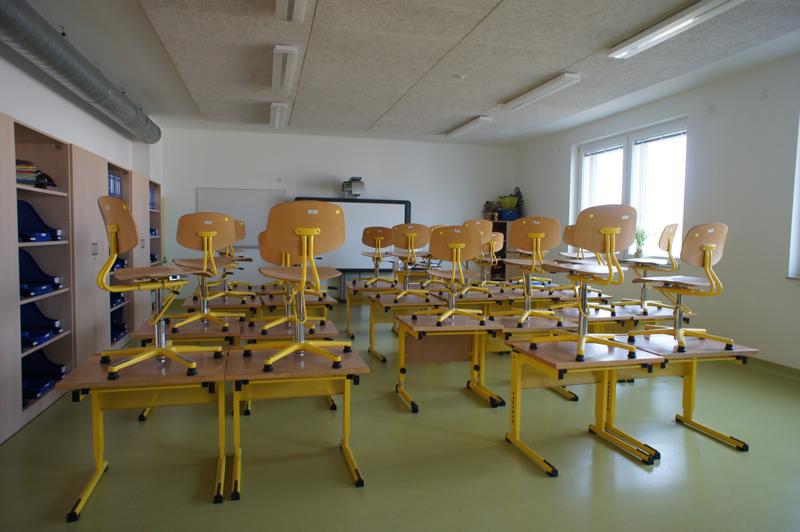 En las aulas se utilizan predominantemente tubos fluorescentes con balastos electrónicos.