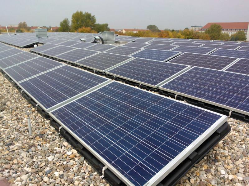 Hay dos plantas fotovoltaicas en la escuela que tienen una potencia total de 81 kWp.