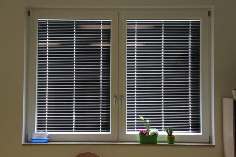 Parte de la refrigeración de la escuela se proporciona por la ventilación natural de las ventanas.
