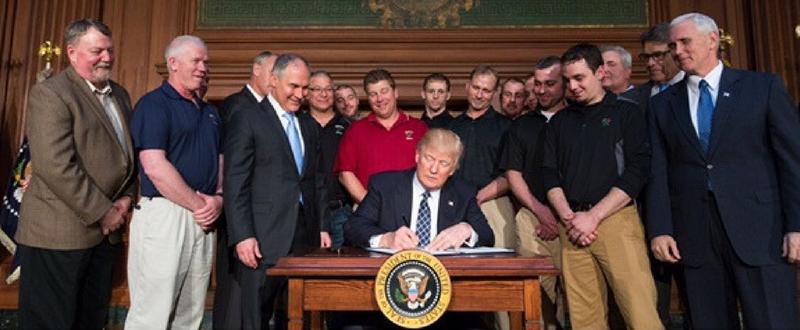 Donald Trump durante la firma de la Orden Ejecutiva con la que pretende promover la independencia energética y el crecimiento económico de Estados Unidos.