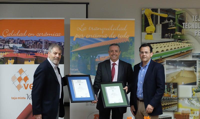 Verea ha recibidolos certificados Aenor de calidad y medioambiente para sus tejas.