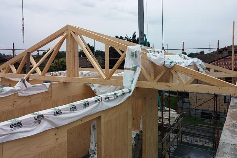 El edificio emplea recursos de madera para el marco y los paneles.