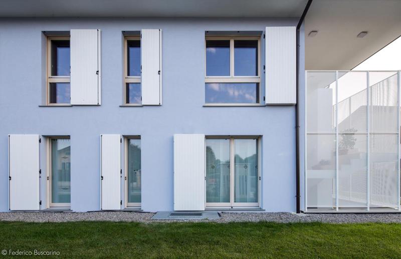 Los revestimientos de las ventanas exteriores tienen un sistema de persiana plegable.