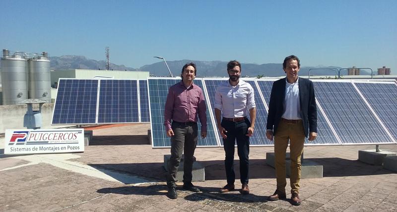 El consejero de Territorio, Energía y Movilidad, Marc Pons, junto a los representantes de la empresa Eléctrica Puigcercó, posan junto a los paneles fotovoltaicos instalados gracias a la primera convocatoria de ayudas al autoconsumo con energía solar.