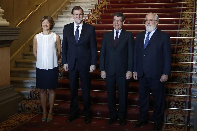 El presidente del Gobierno junto a los Ministros y el Comisario Europeo.