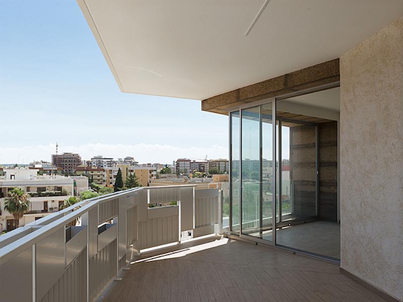 Los balcones tienen arcadas de doble altura.