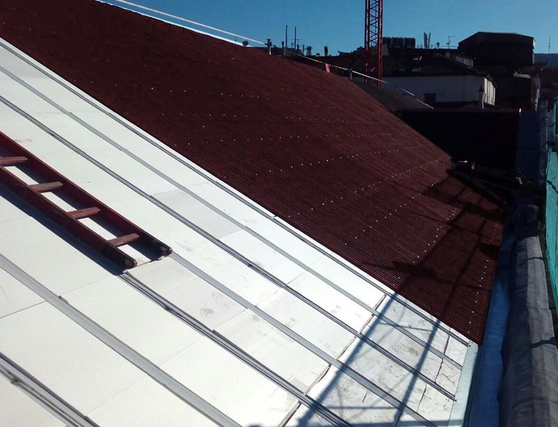Los planchones de aislamiento se instalan antes de proceder a laimpermeabilización del tejado con el sistemaOnduline Bajo Teja DRS.