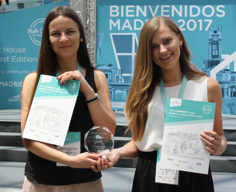 Laura Ivane e Inese Gusta ganadoras del premio elegido por los estudiantes.