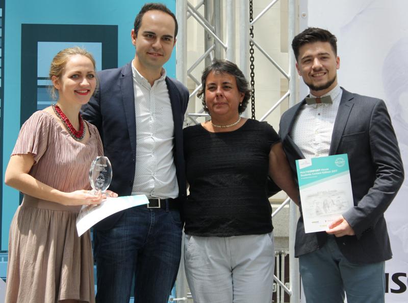 Estudiantes dela mención de honor junto a José Manuel Calvo del Olmo y Marta Gómez.