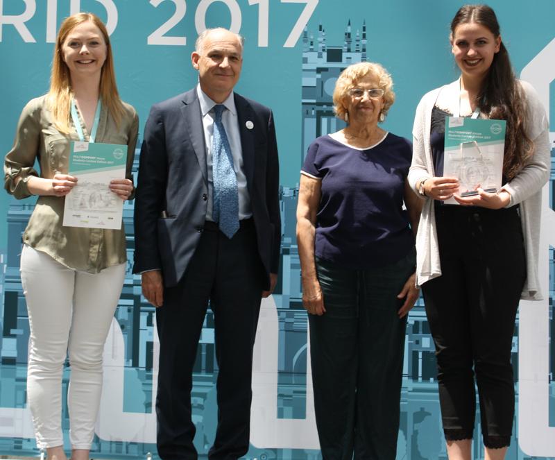 Estudiantes del proyecto ganador junto aPierre-André de Chalendar y Manuela Carmena.