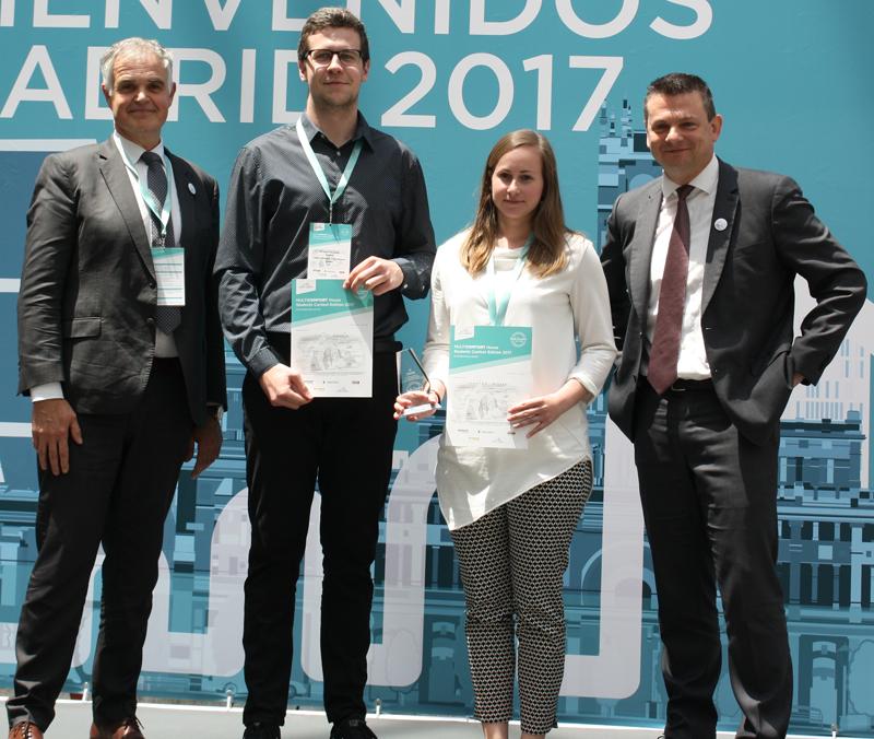 Annika Laidroo y Priit Rannik recogiendo el tercer premio.