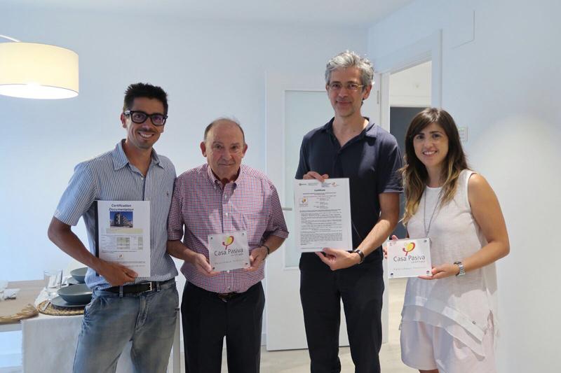 Micheel Wassouf, certificador Oficial Passivhaus, hace entrega del Sello Passivhaus a Germán Velázquez de VArquitectos , Joaquín Valencia y Laura Valencia de Promotora Las Provincias.