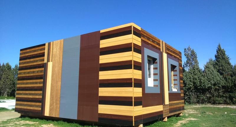 A través de su solución de impermeabilización para cubiertas y tejados, que además los aísla de los rayos UV y reduce el consumo energético.