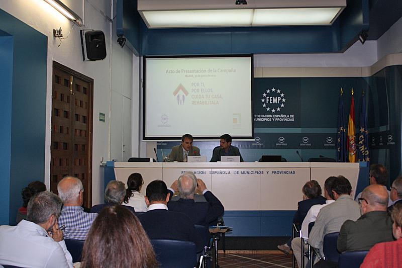 """Albert Grau y Juan Ávila,durante la presentación de la Campaña""""Por ti, por ellos, cuida tu casa, rehabilítala""""."""