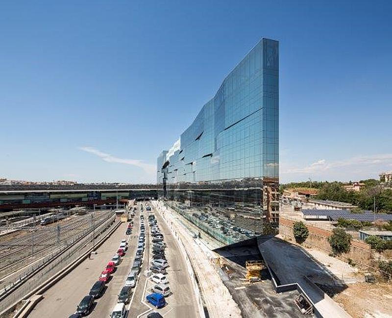 El vidrio de control solar brinda a los arquitectos la libertad de jugar con colores y reflejos en la sede de BNL-BNP Paribas de Roma.