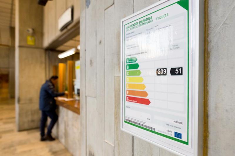 Primer plano de la etiqueta de calificación energética situada en el hall del Ministerio de Energía, Turismo y Agenda Digital.