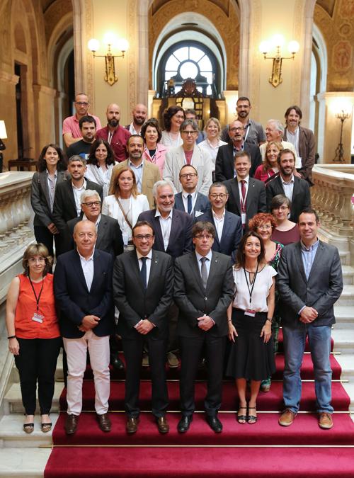 El presidente de la Generalitat y el consejero Rull con los diputados y los representantes de las entidades que han trabajado la Ley del cambio climático.