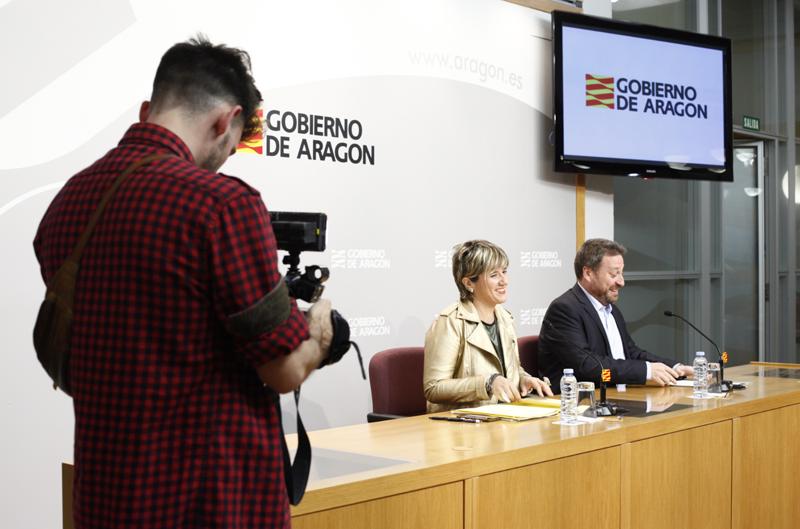 El consejero de Vertebración del Territorio, Movilidad y Vivienda, José Luis Soro, y la directora general de Vivienda y Rahabilitacion, Mayte Andreu.