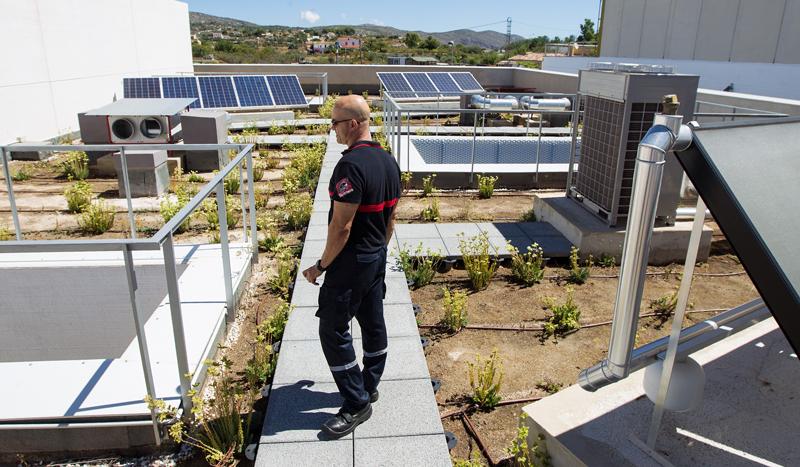 El nuevo parque de bomberos de Benissa cuenta con medidas de eficiencia energética de acción pasiva, como una cubierta ajardinada y patios interiores, y tecnologías activas, como placas solares térmicas y fotovoltaicas, unidades VRV o aerotermia.