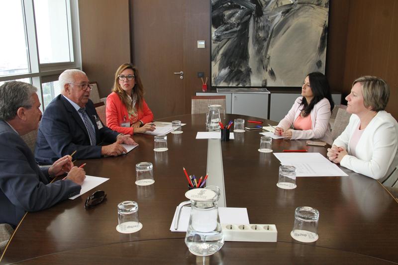 María José Salvadorjunto con la directora general de Vivienda, Rebeca Torró, con la Asociación Española de Fabricantes de Azulejos y Pavimentos Cerámicos, Ascer, encabezada por su presidente, Isidro Zarzoso.