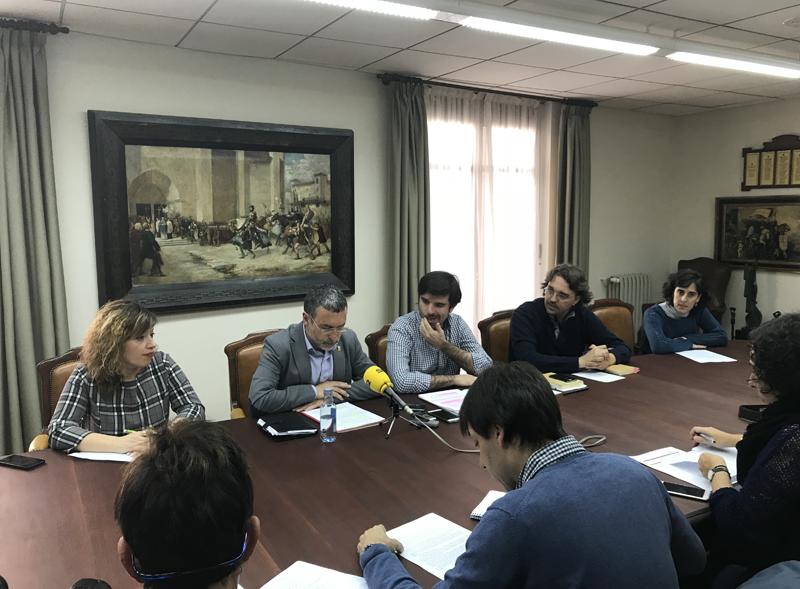 En el centro, el vicepresidente Laparra y el alcalde de Tudela, Eneko Larrarte, rodeados del resto de equipo de gobierno municipal.