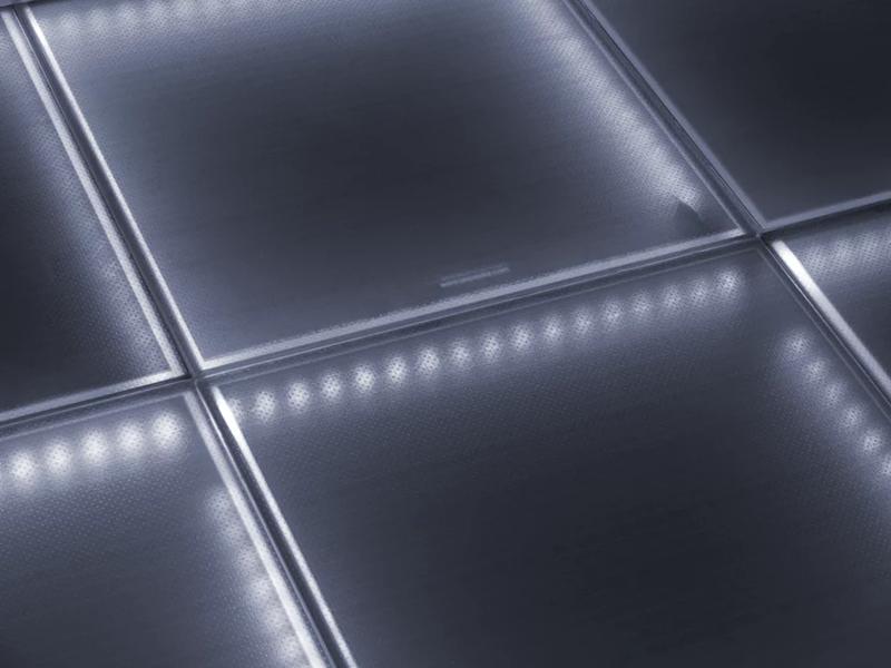 Estas baldosas de vidrio fotovoltaico, disponibles en varios colores y niveles de transparencia, ya han sido utilizadas con éxito en la Universidad George Washington.