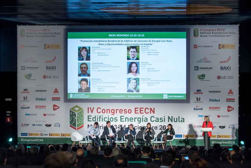 Inés Leal moderando la primera mesa redonda del IV Congreso Edificios Energía Casi Nula.